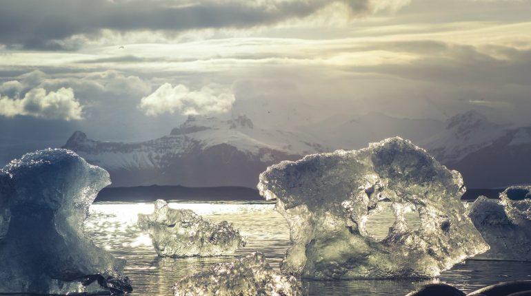 Οι παγετώνες της Γροιλανδίας, της Ανταρκτικής και άλλων περιοχών του πλανήτη, που λιώνουν σταδιακά λόγω της ανόδου της θερμοκρασίας, συμβάλλουν κατά 25% έως 30% στη συνολική άνοδο της στάθμης των θαλασσών, σύμφωνα με μια νέα έρευνα Ευρωπαίων επιστημόνων.